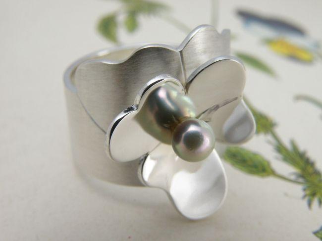 * ringen | oogst-sieraden * Ring * Zilveren viooltje met zilvergrijze akoya parel *