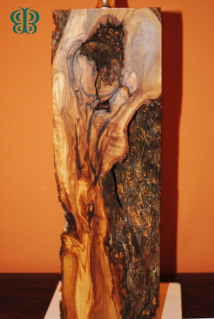 Retro della lampada Alcantara dove spiccano le marcate venature del legno di ulivo mediterraneo. Tutto Lavorato a mano #handmade #sicily