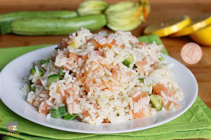 Il riso salmone e zucchine da gustare freddo, un'insalata di riso veloce e facilissima da preparare che piacerà a tutti e finalmente un po' diversa.