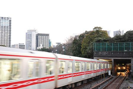 緑に覆われたトンネルに、列車は吸い込まれてゆき、飛び出してくる。ここは、地下鉄のオアシス。2015/2 四ツ谷駅 東京メトロ丸ノ内線A1631荻窪行(02系)・B1607池袋行(02系)© 2010 風旅記(M.M.) *許可なく転載はできません...