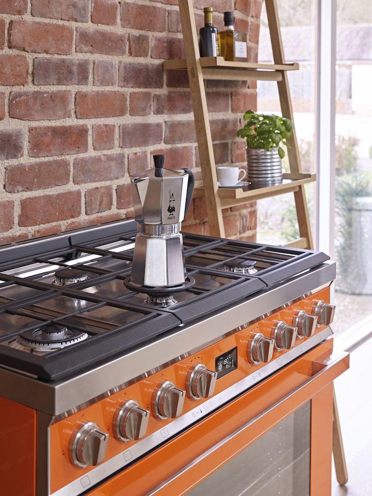 Smeg fornuis Portofino in de kleur oranje. De Portofino fornuizen van Smeg zijn er in zeven kleuren en in het rvs. #smeg #smeglove #fornuis #keuken #oranje