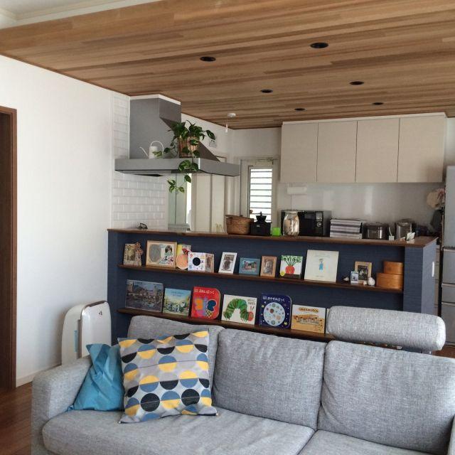 ojiさんの、北欧,カウンターキッチン,アクセントクロス,絵本棚,やっと片付いてきました,ブラックチェリーの床,天井板貼り,ソファー&クッション,IKEA,観葉植物,リビング,のお部屋写真