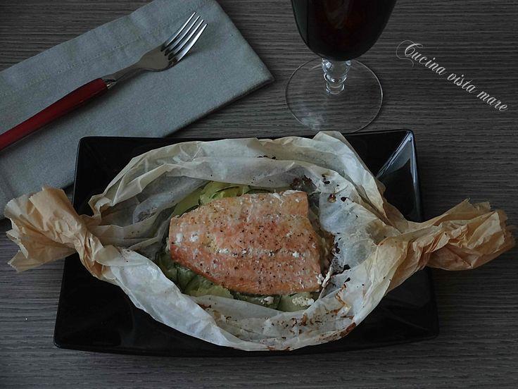 Il salmone al cartoccio è un secondo leggero e appetitoso: la cottura nel cartoccio conserva all'interno tutti i gusti e il pesce sarà ancora più saporito.