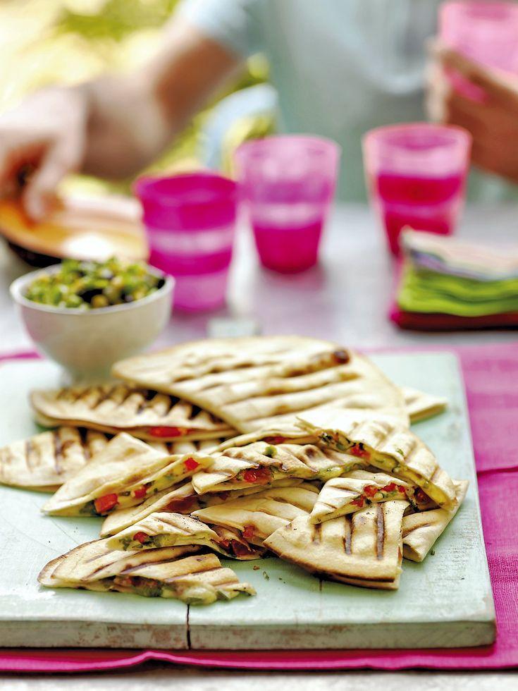 Ce n'est pas la saison des tomates ? Pas de panique, servez les quesadillas avec du guacamole.