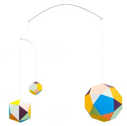 Themis mobile er en delikat, geometrisk stykke dekor som består av fem ornamenter. Hver med sin egen palett av farger, henger i stålwire.Designet av Clara Von Zweigbergk for Artecnica.