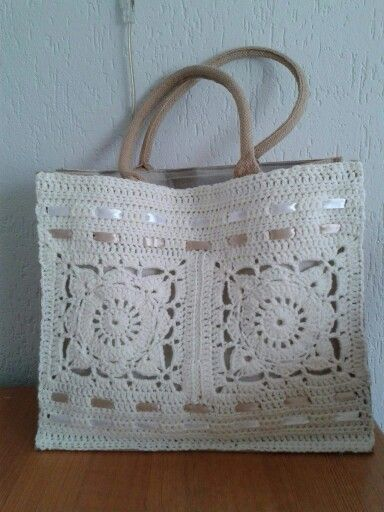 Bolsa feita com square ,passa fita em croche                              …