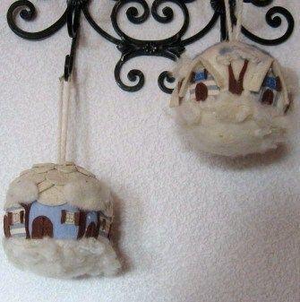 Palline calde con casette.  Paesaggio invernale con lana cardata