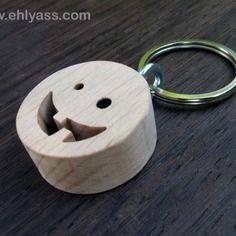 Porte-clés en bois massif emotibois sourire édenté en chantournage