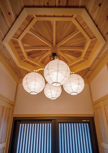 舊時日本建築的様式美,如何與現代生活機能結合? 這個位於栃木県鹿沼市的住宅,由於屋主的要求,以傳統的木造建築工法設計,內部也大量使用木材質。為了滿足現代生活機能,同時又能把這些現代設施與木材質結合得很好,設計者巧妙的把戶外通風孔用格柵包覆、將鋁門窗與木框結合,將收納機制隱藏於壁面,非常好的創意。 via 都屋工務店