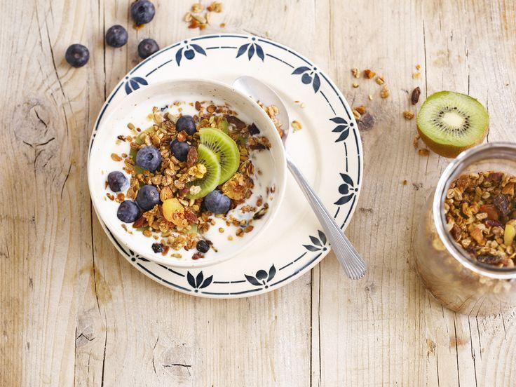 Een fruitige muesli met Alpro soya alternatief voor yoghurt Natuur