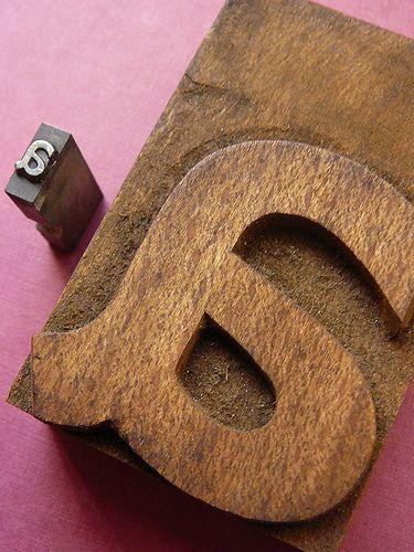 Tipos de metal proporcionaram uma escala menor. Os tipos de madeira ficaram a ser utilizados na impressão de grande escala.