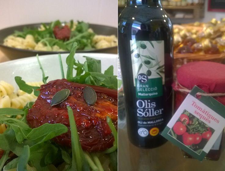 Pasta-Salat mit Rucola und getrockneten Tomaten, und.. Olivenöl