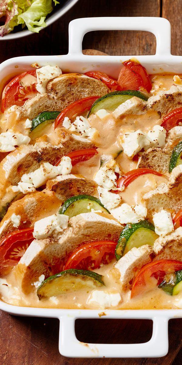 Für einen mediterranen Flair in deiner Küche: der knusprige Zucchini-Brotauflauf mit Feta.