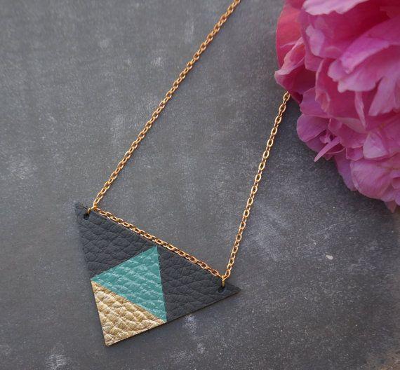 Collier triangle géométrique en cuir par LiftJewellery sur Etsy, £12.95