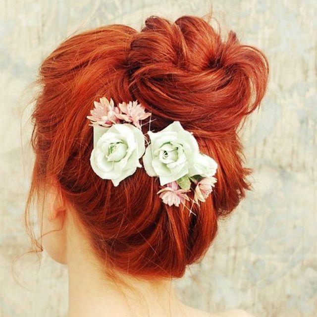 Cheveux roux avec des fleurs