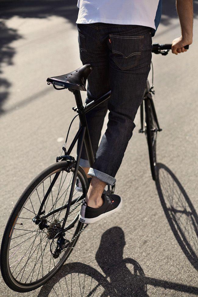 Pour le Printemps 2015, la collection conçue par et pour les cyclistes s'élargit et renforce son offre. Levi's® Commuter™ poursuit son développement tout en continuant à mettre l'accent sur l'innovation, la forme et la fonction. Les pièces phare de la saison sont le coupe-vent, avec une face indigo et une doublure en laine mélangée, ...