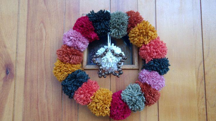 Mi corona navideña de pompones. De mi propia manufactura.