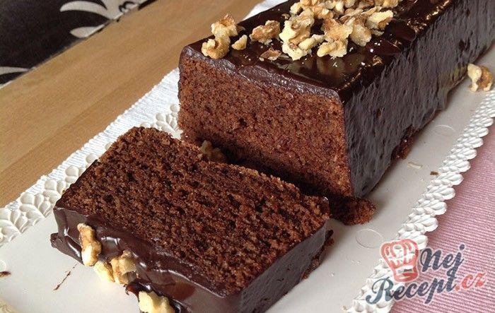 Je to asi nejlepší čokoládový dortík, který jsem kdy jedla. Je krásně měkký a nadýchaný, vláčný s plnou chutí čokolády. Upřímně mohu říct, že jsem vyzkoušela několik receptů na čokoládové dorty, ale tenhle je jednoznačně nejlepší. Základem je samozřejmě kvalitní hořká čokoláda, mleté loupané mandle a jen velmi malé množství mouky. Právě díky mandlím je dortík tak nadýchaný a vláčný. Chutná skvěle hned po upečení, ale i několik dní po něm. Upéct si ho můžete v chlebíčkové formě, ale i v…