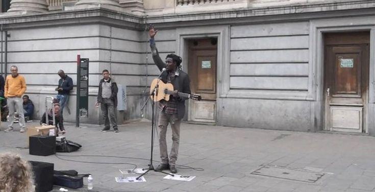 Уличный исполнитель регги знает как завести публику