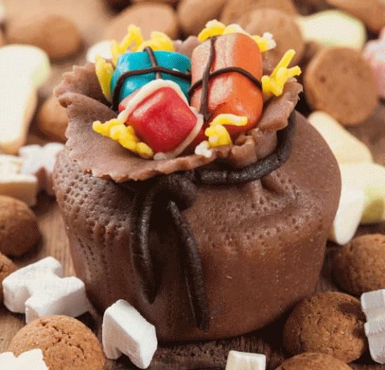 Leuke #Sinterklaas #cupcake verpakt in de zak van Sinterklaas met #cadeautjes. Klik op de afbeelding voor het #recept. #pakjesavond