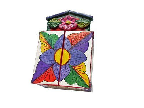 https://flic.kr/p/6V42w3 | Oratório - pequeno | Retábulos são uma arte folclórica andina sofisticada, na forma de caixas portáteis que retratam eventos religiosos, históricos ou do cotidiano, que são importantes para os povos indígenas das terras altas do Peru e da Bolívia.   Feitos em caixas portáteis os pequenos altares servem para a adoração e proteção.   Estilo: Os retábulos são normalmente de cedro.  A tampa traseira é geralmente uma madeira fina colocada na caixa com tiras de couro. As…