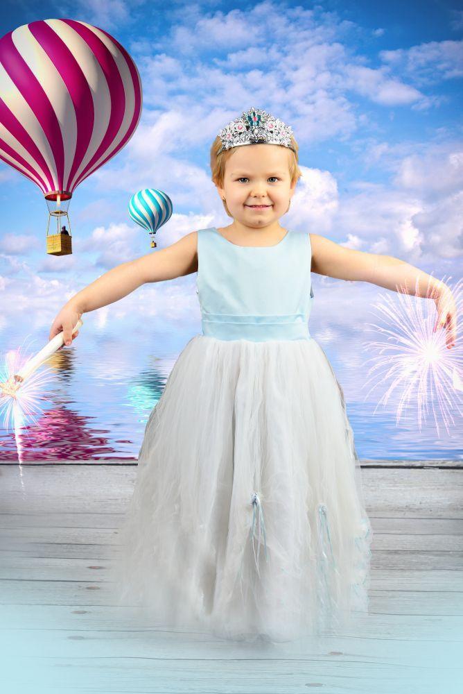 Obłok unoszącej się dziewczynki ku niebu fotografia dziecięca