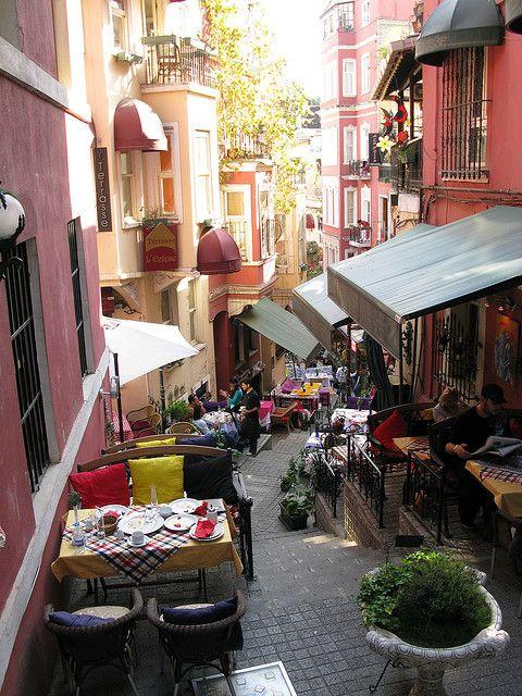 Streetside Dining in Istanbul, Turkey (by tobyshingleton).