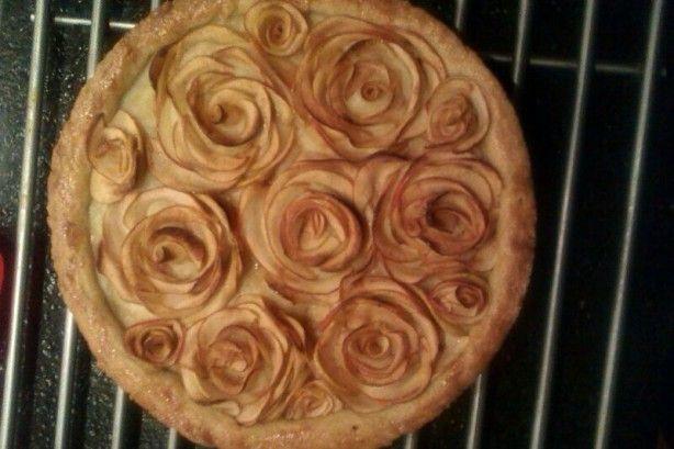 Zelf gemaakte appeltaart naar een recept op pinterest. Erg leuk om te maken en ...heerlijk. Met taartmix voor appeltaart de bodem gemaakt, gele room op de bodem en rozen maken van flinterdunne plakjes appel. 165 graden/ 50 minuten