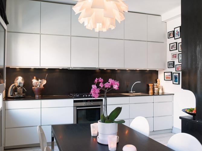 cuisine compacte avec beaucoup de rangement...Décoration scandinave dans 36m² / Scandinavian decoration in 36m² : http://www.maison-deco.com/petites-surfaces/amenagement-petites-surfaces/Deco-scandinave-pour-un-appartement-de-36m2