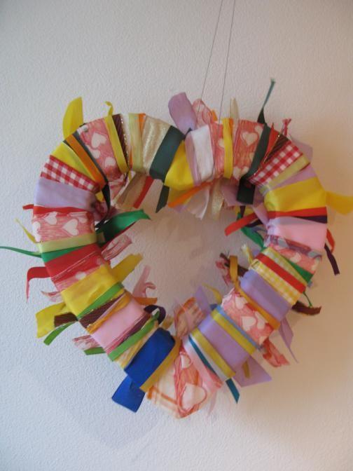 Jarní dekorace na dveře z barevných stužek a mašlí