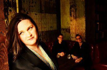 Η #Μαντλέν_Πεϊρού η Γαλλοαμερικανίδα τραγουδίστρια της τζαζ, αυτή τη φορά θέλει ν' ακουστεί όσο πιο μπλουζ μπορεί. Την Παρασκευή 18 Νοεμβρίου θα είναι στην Αθήνα. Θα εμφανιστεί σ' ένα χώρο που της πάει πολύ. Στο «PassPort Kεραμεικός» -------------------------------------------------- #music #singer #jazz #album #Athens #night #fragilemagGR http://fragilemag.gr/mantlin-peiroux-athens/