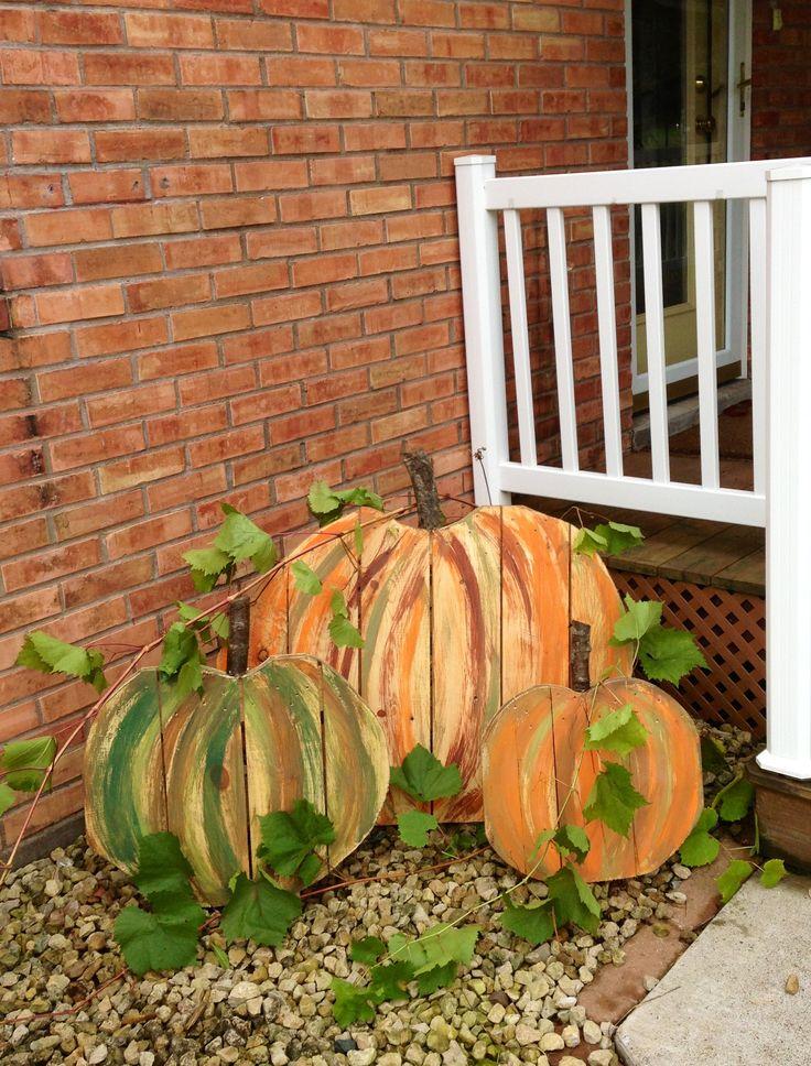 we love fall..... pallet pumpkins!