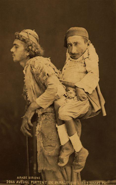 Homem sírio cego sendo liderado por um paraplégico anão nas costas (1860) Tancrede Dumas fotógrafo