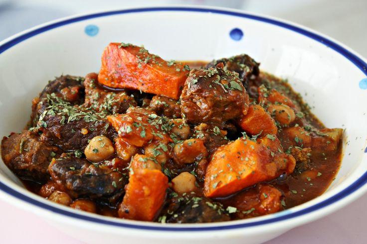 Tajine: Ein marokkanisches Schmorgericht mit Dörrobst, Kürbis, Kichererbsen und Rindfleisch. Einfach herrlich an kalten Tagen