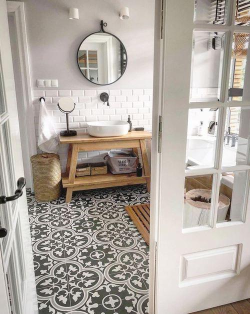 Badezimmer mit Bodenfliesen aus Zementimitat D…