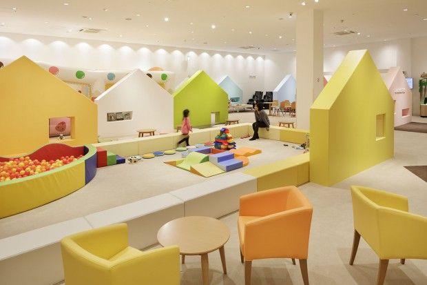 « Mama Smile » est une garderie et une aire de jeux implantées dans un centre commercial au Japon. Bien que situé à l'intérieur du centre commercial, cet e