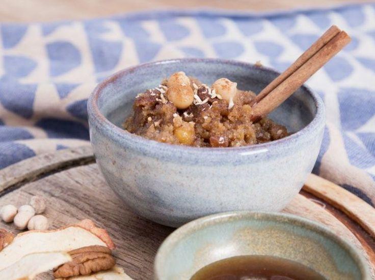 Tutoriel DIY: Faire de l'houmous sucré (source:DaWanda.com) •100 g de pois chiches •80 g de dattes •50 g de noix de pécan •2 cuil. à s. de sirop d'érable •2 cuil. à s. de crème de sésame •2 cuil. à s. de miel •1 cuil. à s. d'huile de sésame •1 cuil. à c. d'huile de coco •1 cuil. à s. de beurre de cacahuète •1 cuil. à s. de graines de sésame (non grillées pour moi)  •copeaux de noix de coco •De la cannelle