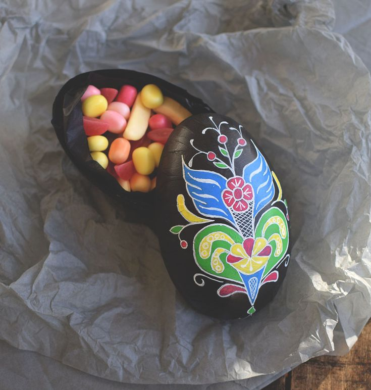 """Påskpyssel: Gör ett påskhack! Måla om gamla """"butiksägg"""" och skapa egna mönster. Tex kurbitsmönster. Påskägg, kurbits, pyssel Eastercrafts, eastereggs, scandinavian diy @helenalyth"""