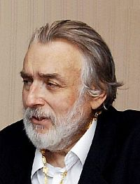 Adrian Păunescu http://scrieliber.ro/sa-ne-cinstim-romanii-episodul-231-adrian-paunescu/