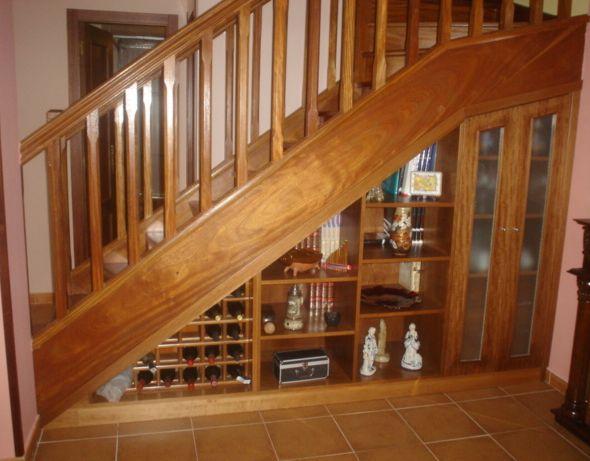 Armario bajo escalera decoraciom pinterest basements for Mini bar debajo de escaleras