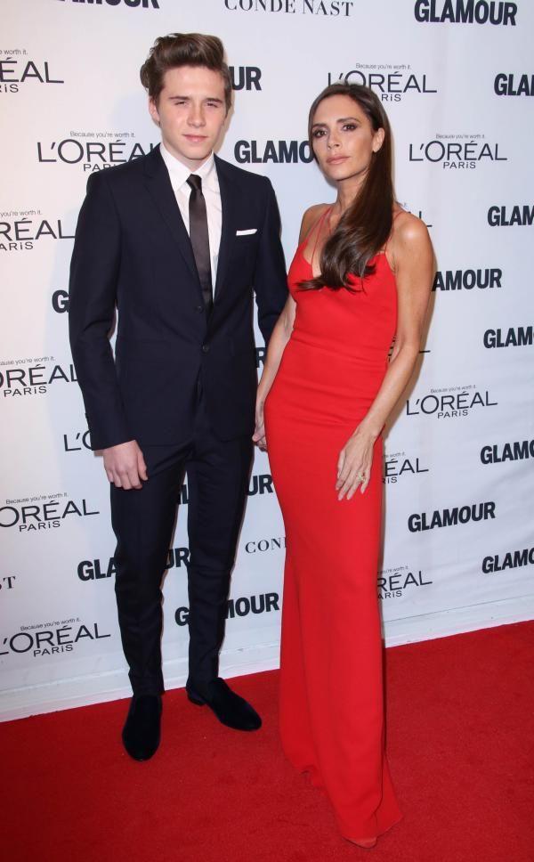 Gala Glamour Woman of the Year Awards de la New York a atras prezenta a numeroase celebritati. Designerul Victoria Beckham a avut o parte de o atentie sporita datorita companiei pe care a avut-o pe...