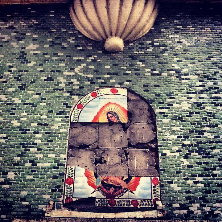 Tan diversa la Ciudad de México: donde los cables de luz sirven como sostén del Cepillo de cientes o un gallo (sí, un gallo), puede ser el guardían de la casa.  Regresar al ayer, de Hermes Quetzalcoatl http://cronicasdeasfalto.com/hermes-quetzalcoatl/