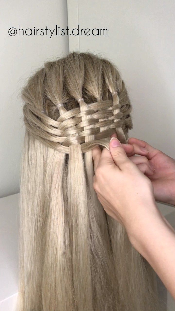 6 strand infinity braid💕 @hairstylist.dream use 6 little elastic bands to make it easier to show you. So it's actually pretty simple: you part a top section of your hair into 6 strands, then you take small pieces from the sides and put them over under over under over and ad them in the outer Strand.💁🏼‍♀️💕 #foxwigs #syntheticwigs #blondhair #longstraightwigs #lacefrontwigs #hairstyle #fashion #braidwig #strandbraid #bushelbraid #6strandbraid #strandbraid #infinitybraid