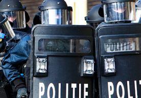 """3-May-2015 19:19 - VERWARDE MAN DOOR POLITIE OVERMEESTERD. Een arrestatieteam heeft zondagmiddag kort na 13.00 uur een verdachte van een schietpartij in een café in Roosendaal overmeesterd. De man zou kogels hebben afgevuurd in café Chagall. Daarbij zijn volgens de politie geen gewonden gevallen. Dat meldt De Telegraaf. De technische recherche is een onderzoek gestart in het café naar het schietincident. Kort na de aanhouding van de man is De Markt in Roosendaal weer vrijgegeven. """"De..."""