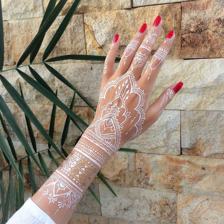 Mehndi o Mehendi es un arte de pintura corporal muy popular en medio oriente. Se trata de la aplicación de henna como decoración de la piel en forma temporal. En general, la henna se aplica en ocasiones especiales como bodas o fiestas. Esta especie de tatuaje es muy popular en las comunidades de la India, Bangladesh,