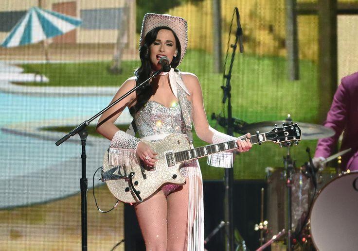 Η τραγουδίστρια Kacey Musgraves στη σκηνή της Bridgestone Arena κατά την 49η ετήσια απονομή των βραβείων μουσικής κάντρι, στο Νάσβιλ του Τενεσί.