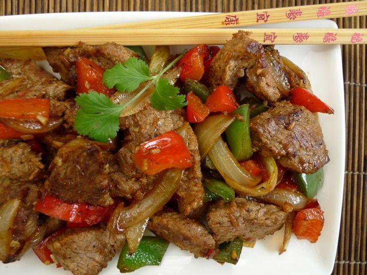 Een makkelijk recept waarmee je vrienden gaat maken! Het rundvlees wordt gemarineerd en daarna gewokt met paprika's, gember, ui en knoflook.  | http://degezondekok.nl