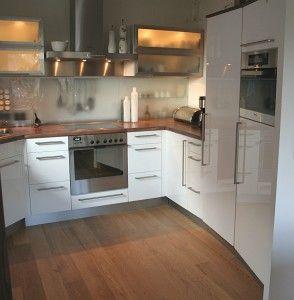 Schöne weiße hochglanzküche