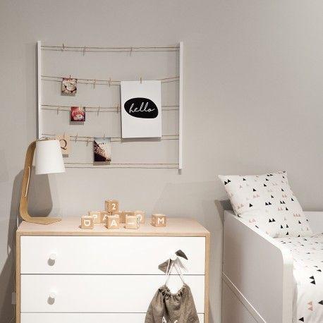 Un portafotos de pared con marco de madera y cinco filas de tendederos que tienen 40 pinzas para sujetar fotos y notitas. Vas a poder ponerlo en horizontal o vertical ¡es ideal!
