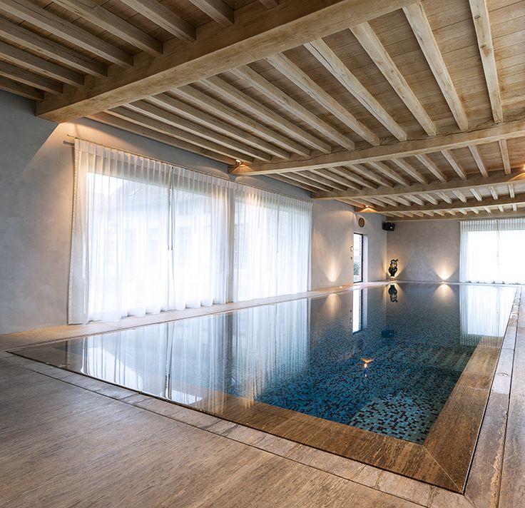 [ Drink water pool ]  Het overloopzwembad, gerealiseerd door Otec Pools met de Duitse Ospa waterbehandelingstechniek, is een bijzondere. Het zwembadwater is van drinkwaterkwaliteit en de Ospa Super lter zorgt voor een zuurstofrijk water zonder geur-, kleur- en smaakstoffen. De waterspiegel van het zwembadwater is gelijk met het boordsteen.  #pool #indoorpool #luxury #zwembad #binnenzwembad #luxe #kelder #basement #hout #wood #floor #vloer